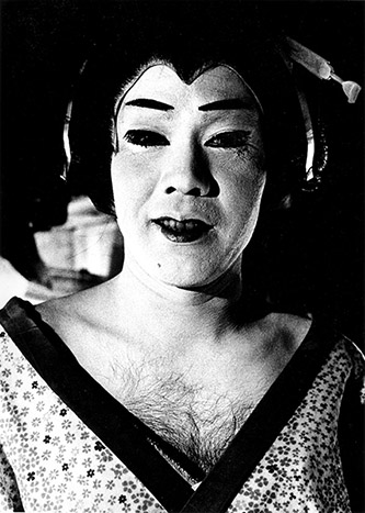 Daido Moriyama, Untitled, 1967 de la série « Japan A Photo Theater ». Tirage gélatino-argentique. © Daido Moriyama Photo Foundation. Courtesy of Akio Nagasawa Gallery.