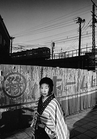Shomei Tomatsu, Nishi-Shinjuku, 1969. Tirage jet d'encre, 42 x 59 cm. © Shomei Tomatsu – INTERFACE.