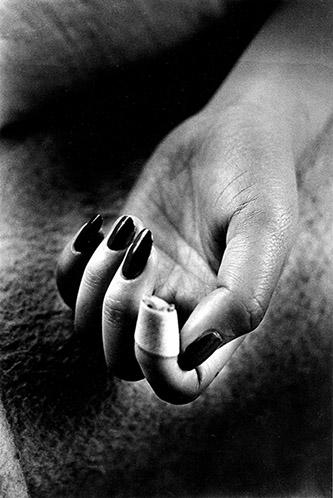 Daido Moriyama, Nails Claw, de la série « Lettre à Saint Loup », 1990. Tirage gélatino-argentique. © Daido Moriyama Photo Foundation. Courtesy of Akio Nagasawa Gallery.