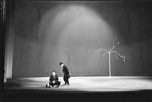 Samuel Beckett, En attendant Godot, Théâtre de l'Odéon, 1961. Photo : Roger Pic. Fondation Giacometti. © Succession Alberto Giacometti (Fondation. Giacometti + ADAGP) 2020. © The Estate of Samuel Beckett.