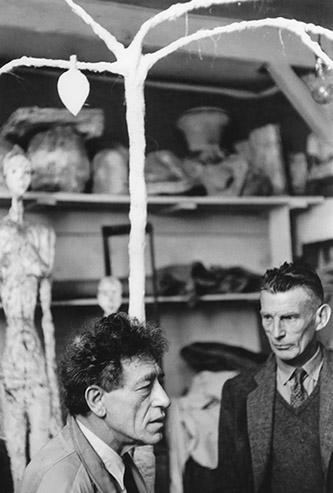 Samuel Beckett et Alberto Giacometti dans l'atelier de Giacometti, 1961. Photo : Georges Pierre, D. R. Fondation Giacometti © Succession Alberto Giacometti (Fondation Giacometti +ADAGP) 2020.