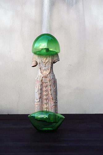 Zhuo Qi, Bubble-Game, 2020. Sculpture en pierre et verre soufflé, 87 x 33 x 27 cm. Œuvre produite lors de la résidence à la Fondation d'entreprise Martell, Cognac. ©Zhuo Qi, Courtesy Galerie Paris-Beijing.