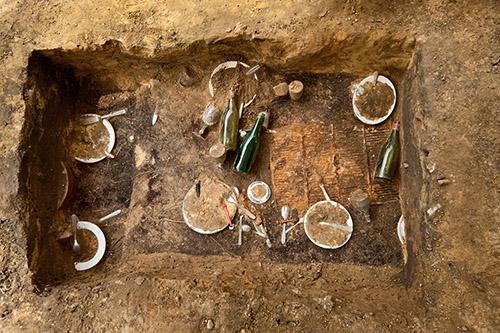 Daniel Spoerri, Fouilles archéologiques du Déjeuner sous l'herbe. © Denis Gliksman, Inrap.