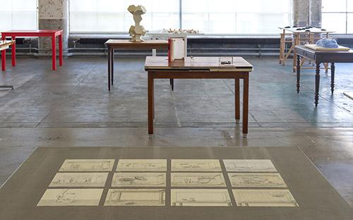 Vue de l'exposition La vie des tables avec les oeuvres de 49 artistes, Centre d'art contemporain d'Ivry – le Crédac, 2020. Au premier plan : Jorge Satorre, Mes poissons, 2020, Courtesy de l'artiste. Photo : Marc Domage / le Crédac.