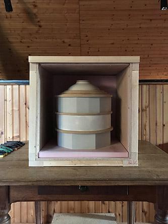 Renaud Patard, 30200 , 2020. Sculpture béton en trois parties, nébulisateur programmable. 40 x 39 x 40 cm. Production la Graineterie.