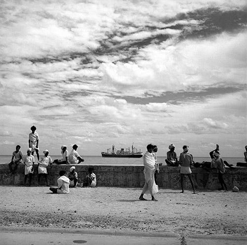 Hélène Roger-Viollet, Les quais près du port de Pondichéry (Inde), 1961. © Hélène Roger-Viollet / Roger-Viollet.