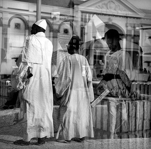 Hélène Roger-Viollet, Place de l'Indépendance. Dakar (Sénégal - Afrique), 1963. © Hélène Roger-Viollet / Roger-Viollet.
