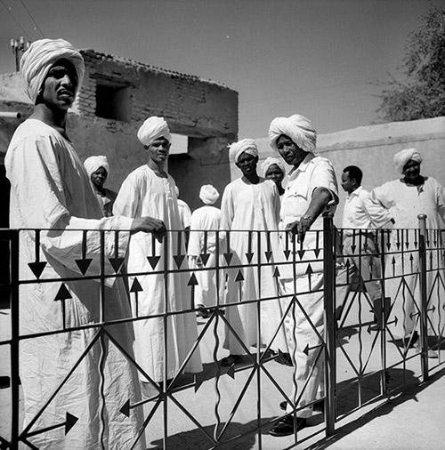 Hélène Roger-Viollet, Omdurman (Soudan). Balcon de la maison du khalife, Janvier 1966. © Hélène Roger-Viollet / Roger-Viollet.