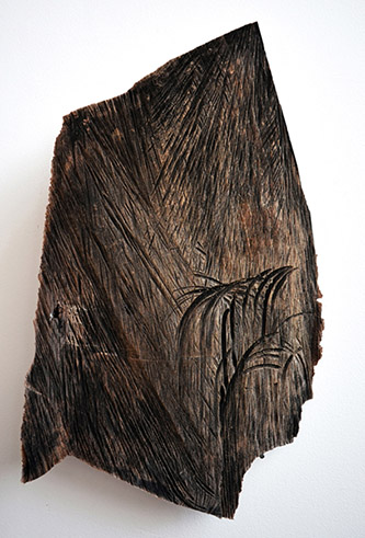 Cécile Hartmann, Cut, 2019. Éclat de bois, pigment noir, 40 x 25 cm. Pièce unique. Courtesy de l'artiste.