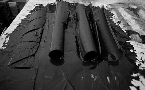 Cécile Hartmann, Untitled (Broken Pipeline), 2019. Carton, argile, oxyde de fer. Dimensions variables. Courtesy de l'artiste.