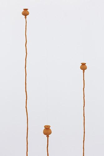 Daniel Otero Torres, Amapolas, 2019, Céramique, dimensions variables Más cerca de las estrellas, 2018, Crayon sur papier, 46 x 61 cm. © Daniel Otero Torres et courtesy Daniel Otero Torres.