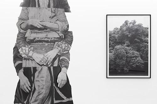Daniel Otero Torres, À gauche: Ella (détail), 2019, Crayon sur inox poli-miroir, inox 114 x 238 x 114 cm. À droite: How high, 2019, Impression sur papier hahnemuhle, 171 x 185 cm. © Daniel Otero Torres et courtesy Daniel Otero Torres.