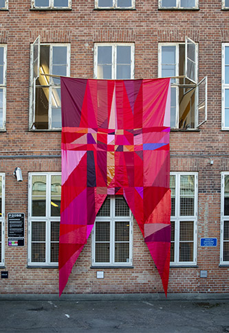 Mette Winckelmann, Flags of Freedom, 2021. Textile, 620 x 30 cm. Photo : Anne Mie Dreves.