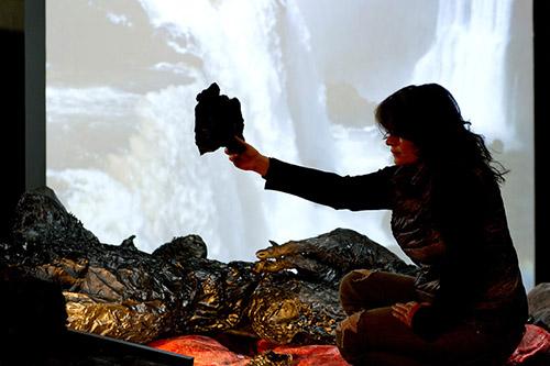 Angelika Markul devant l'oeuvre Gorge du diable, exposition Terre de départ, Palais de Tokyo, Paris 2014. © Photographie de Marc Domage © Courtesy of the artist.