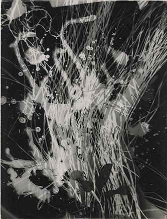 Roger Catherineau, Photogramme, c.1957-1958. Tirage d'époque, réalisé par l'artiste, 30,4 x 39,8 cm. Tampon de l'artiste au verso. N° Inv. RC2010003Pièce unique. © Roger Catherineau / Estate Éric Rémy. Courtesy Les Douches La Galerie, Paris.