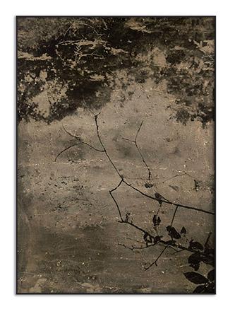 Lucas Leffler, Zilverbeek #6, 2019. 40 cm x 60 cm. Tirage analogique réalisé en chambre noire avec la boue provenant de Silver Creek. édition de 4 (en raison du processus, chaque impression est différente). Pièce Unique. © Lucas Leffler / Courtesy Intervalle.