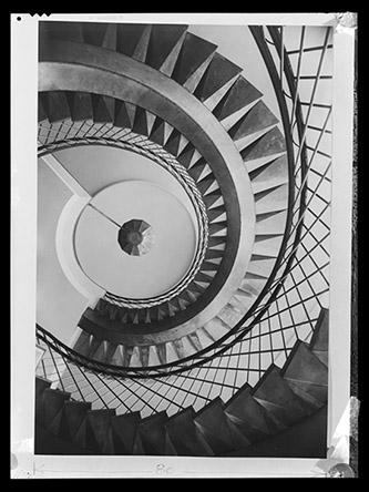 Paul Henrot, Escalier de l'IRSID (Institut de recherche de la sidérurgie) à Saint-Germain-en-Laye, 1953/ Négatif souple, Don Marcelle Henrot, 1987, Paul Henrot / DR. Photo : © MAD Paris / Christophe Dellière.