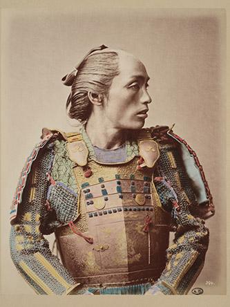 Raimund von Stillfried, Samouraï, Vers 1882. Tirage sur papier albuminé rehaussé de couleurs. Don Hugues Krafft 1914. Photo : © MAD Paris / Jean Tholance.