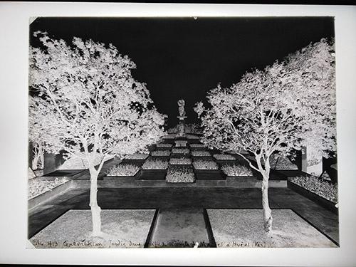 Thérèse Bonney, Jardin conçu par Gabriel Guevrekian à la Villa Noailles, 1928. Négatif sur plaque de verre. Don Editions Massin 1973-1974. © The Regents of the University of Calfornia. Photo : © MAD Paris / Christophe Dellière.