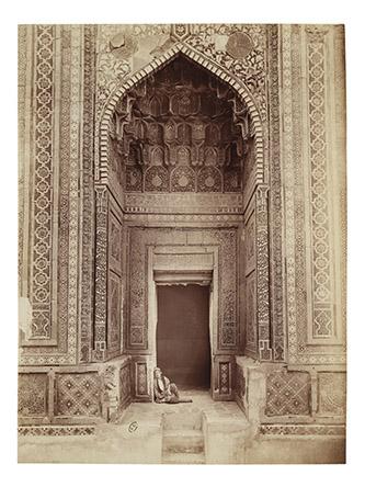 Paul Nadar, Entrée du mausolée de Shadi Mulk-Aka dans la nécropole Chakhi Zinda Samarkand, 1890. Tirage sur papier albuminé. © Photo : © MAD Paris / Christophe Dellière.