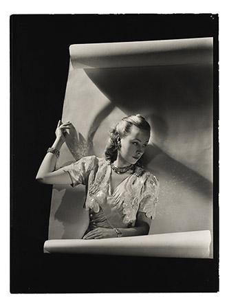 André Durst, Robe de Paquin et bijoux de Van Cleef & Arpels, publié dans Vogue Paris, mars 1940. Tirage gélatino argentique, Don Condé Nast, coll. Ufac. Photo : © MAD Paris / Christophe Dellière.