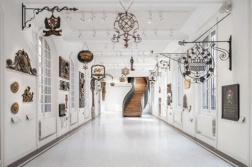 Salle des enseignes n°1, musée Carnavalet - Histoire de Paris. © Cyrille Weiner.