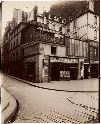 Eugène Atget (1857 – 1927), Coin de la place Saint-André-des-Arts et de la rue Hautefeuille, VIe, 1912. © Paris Musées / musée Carnavalet – Histoire de Paris.