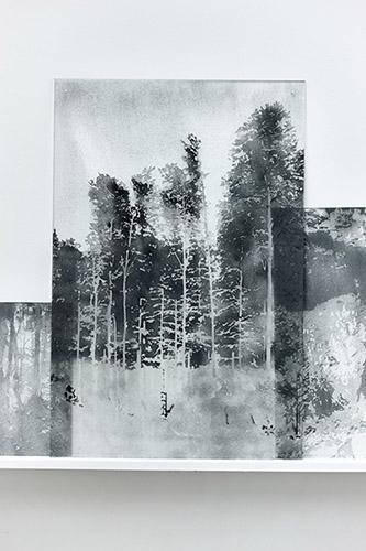 Nicolas Daubanes, Zoom 2 - A la faveur de la nuit, 2019. Incrustation d'acier incandéscent sur verre. Courtesy Galerie Maubert.