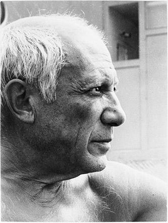 Ervin Marton, Portrait de Pablo Picasso sur la plage de Golfe-Juan en 1949, épreuve gélatinoargentique, Musée national Picasso-Paris, don de Sydney et Claude Ruiz-Picasso, MP1995-1. © Succession Picasso 2021.