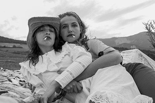 "Antoine Grenez,""Girls with cigarets"" série Saint-Nazaire's quarantine, 2020 © Antoine Grenez."