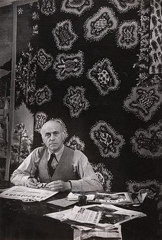 Jean Lurçat dans le salon de sa maison-atelier, villa Seurat, par Brassaï, en 1947, tirage argentique. © Collection Fondation Jean et Simone Lurçat - Académie des beaux-arts
