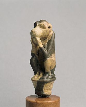 Babouin. Faïence, 5,6 x 1,9 cm. Egypte. Basse Epoque ou période ptolémaïque (650-30 av. J.-C.). Collection particulière © Geuthner.