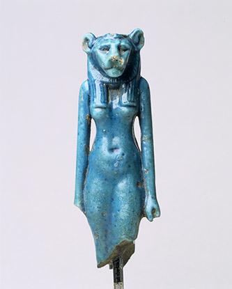 Déesse à tête de lion. Faïence, 7,1 x 2,4 cm. Egypte. Troisième Période intermédiaire (800-660 av. J.-C.). Collection particulière © Geuthner.