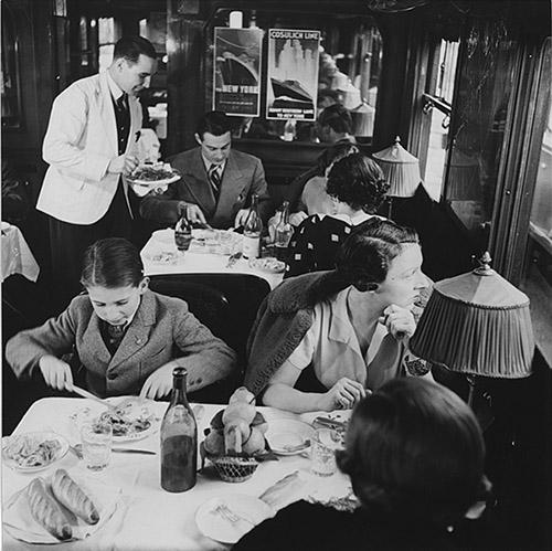 Service à bord d'une voiture restaurant de la CIWL, vers 1930. © Fonds de dotation  Orient Express.