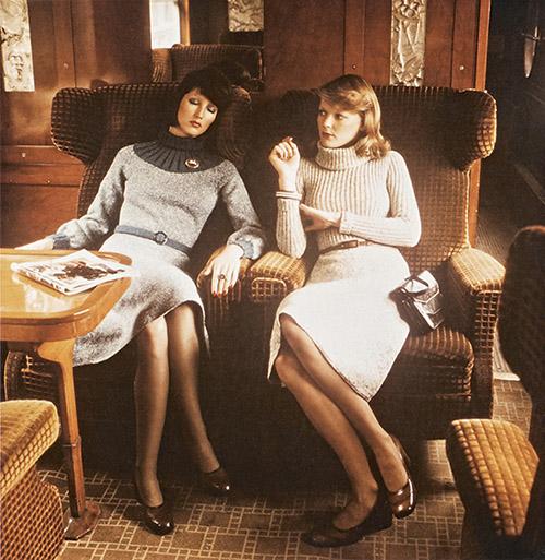 Mannequins posant à bord d'une voiture-salon Pullman aux décors signés René Lalique, vers 1970. © Fonds de dotation  Orient Express.