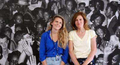 """PODCAST : Interview de Éva Gravayat, co-commissaire de l'exposition, par Anne-Frédérique Fer, à Arles, le 8 juillet 2021, durée 20'03"""". © FranceFineArt."""