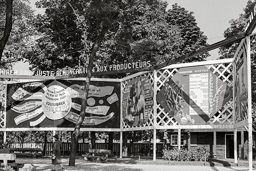 """Vue du """"diorama"""" composé par Charlotte Perriand et Fernand Léger pour le pavillon du ministère de l'Agriculture lors de l'Exposition internationale des arts et des techniques dans la vie moderne, porte Maillot, à Paris, en 1937. © Archives Charlotte Perriand / Adagp, Paris, 2021."""