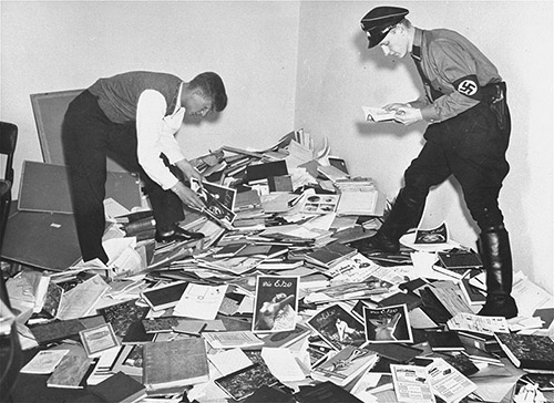 Pillage de la bibliothèque de Magnus Hirschfeld, directeur de l'Institut de sexologie de Berlin, par des étudiants allemands et des membres de la SA. Berlin. 6 mai 1933. Coll. United States Holocaust Memorial Museum (Washington), courtesy of National Archives and Records Administration, College Park.