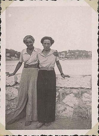 Chawa Złoczower et Hella Olstein en France, 1934. Lieu inconnu. © Collection privée Daniel Olstein.