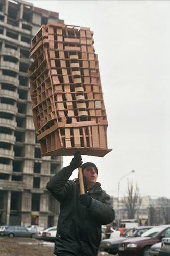 Jordi Colomer, Anarchtekton (Bucarest 1), 2003, Tirage couleur à développement chromogène sur papier sané contrecollé sur aluminium 76 x 61 (avec cadre), Fonds d'art contemporain - Paris Collections, ADAGP 2021.