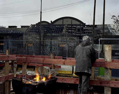 Mohamed Bourouissa, Sans titre (le feu), 2009 – 2010, Tirage couleur à développement chromogène sur papier sané contrecollé sur aluminium, 94 x 120, Fonds d'art contemporain – Paris Collections, ADAGP 2021.