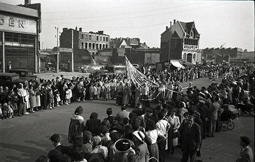 """Fernand Watteeuw, """"Beauvais, fêtes Jeanne Hachette - Jeanne Hachette et le cortège, rue Carnot - Juin 1949."""" ADO, 30 Fi2/466. © Fernand Watteeuw."""