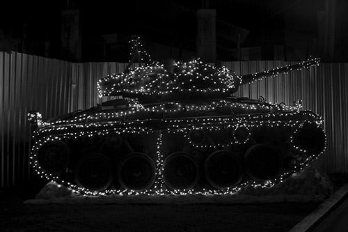 """Viriya Chotpanyavisut, """"Military Party"""" de la série In State of flux. © Viriya Chotpanyavisut. Exposition """"Dans l'eau il y a des poissons, dans les champs il y a du riz – Thaïlande, une rétrospective""""."""