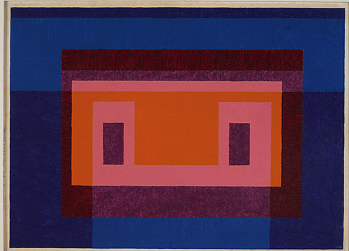 Josef Albers, 4 Central Warm Colors Surrounded by 2 Blues, 1948. Huile sur Masonite, 66 x 90,8 cm . Josef Albers Museum Quadrat Bottrop. © 2021 The Josef and Anni Albers Foundation/ArtistsRights Society (ARS), New York/ADAGP, Paris 2021.