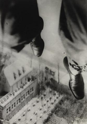 Willi Ruge, Quelques secondes avant l'atterrissage, série Je me photographie en train de sauter en parachute, 1931. Épreuve gélatinoargentique, 20,4 x 14,1 cm. The Museum of Modern Art, New York. Collection Thomas Walther. Don de Thomas Walther © The Museum of Modern Art, New York, 2021, pour l'image numérisée.