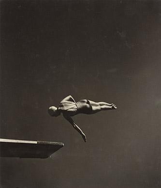 John Gutmann, Classe (Marjorie Gestring, championne olympique 1936 de plongeon de haut vol), 1935. Épreuve gélatinoargentique, 22,3 x 19,2 cm. The Museum of Modern Art, New York. Collection Thomas Walther. © 2020 The Museum of Modern Art, New York/Scala, Florence.