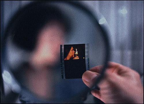 Eric Rondepierre, Loupe / Dormeur Livre 8, 1999 - 2003. Tirage numérique couleur contrecollé sur aluminium 41 x 56,5 cm. Donation de la Caisse des dépôts et consignations en 2006. Collection Centre Pompidou, Paris, Musée national d'art moderne - Centre de création industrielle. © Adagp, Paris, 2021 Photo © Centre Pompidou, MNAM-CCI/Georges Meguerditchian/Dist. RMN-GP.