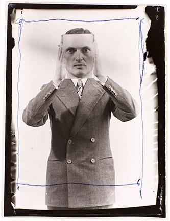 Man Ray (Emmanuel Radnitzky, dit), Edward James, 1937. Epreuve gélatino-argentique 8,8 x 6,5 cm. Acquisition en 1993. Collection Centre Pompidou, Paris Musée national d'art moderne - Centre de création industrielle. © Man Ray Trust / Adagp, Paris, 2021. Photo. © Centre Pompidou, MNAM-CCI/Service de la documentation photographique du MNAM/Dist. RMN-GP.