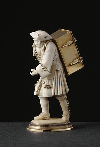 Colporteur, statuette © RMN - Grand Palais (musée du Louvre) - Jean-Gilles Berizzi.