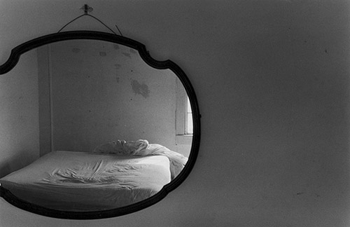 Eva Rubinstein, Bed in mirror ,Rhode Island. © Eva Rubinstein, courtesy galerie In Camera.